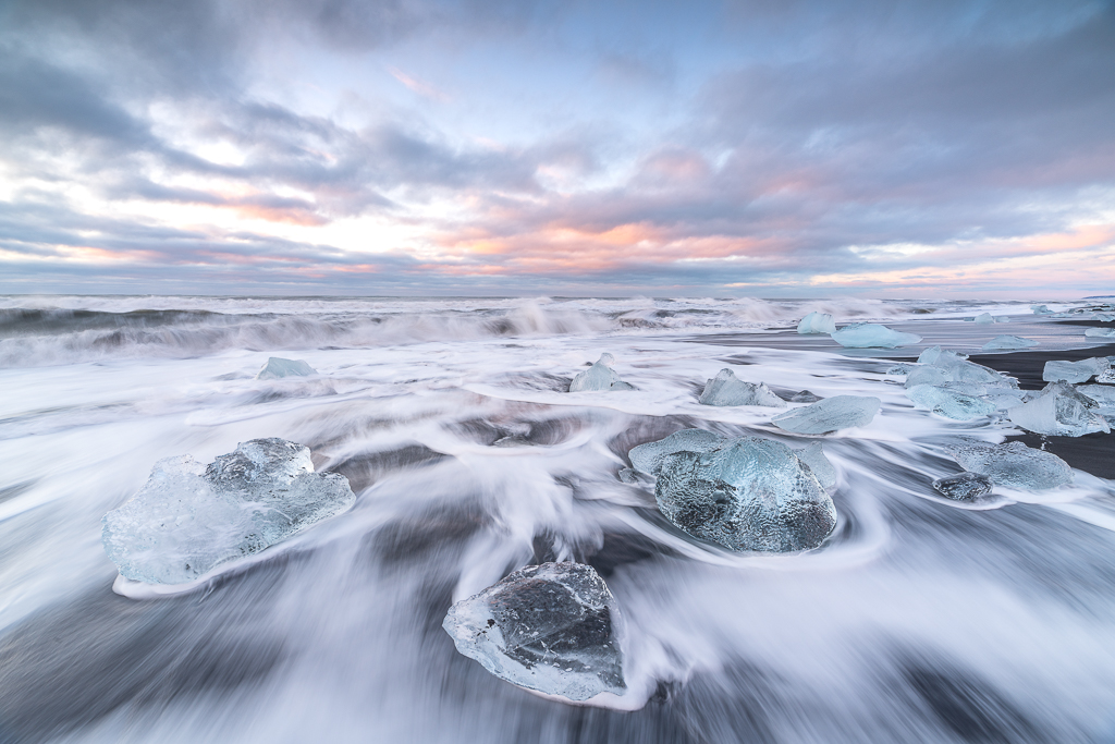 Verschieden große Eisblöcke werden vom Atlanik umspült
