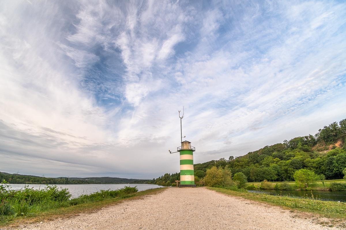 Blick auf den grün-weißen Leuchtturm am Kemnader See im Ruhrgebiet