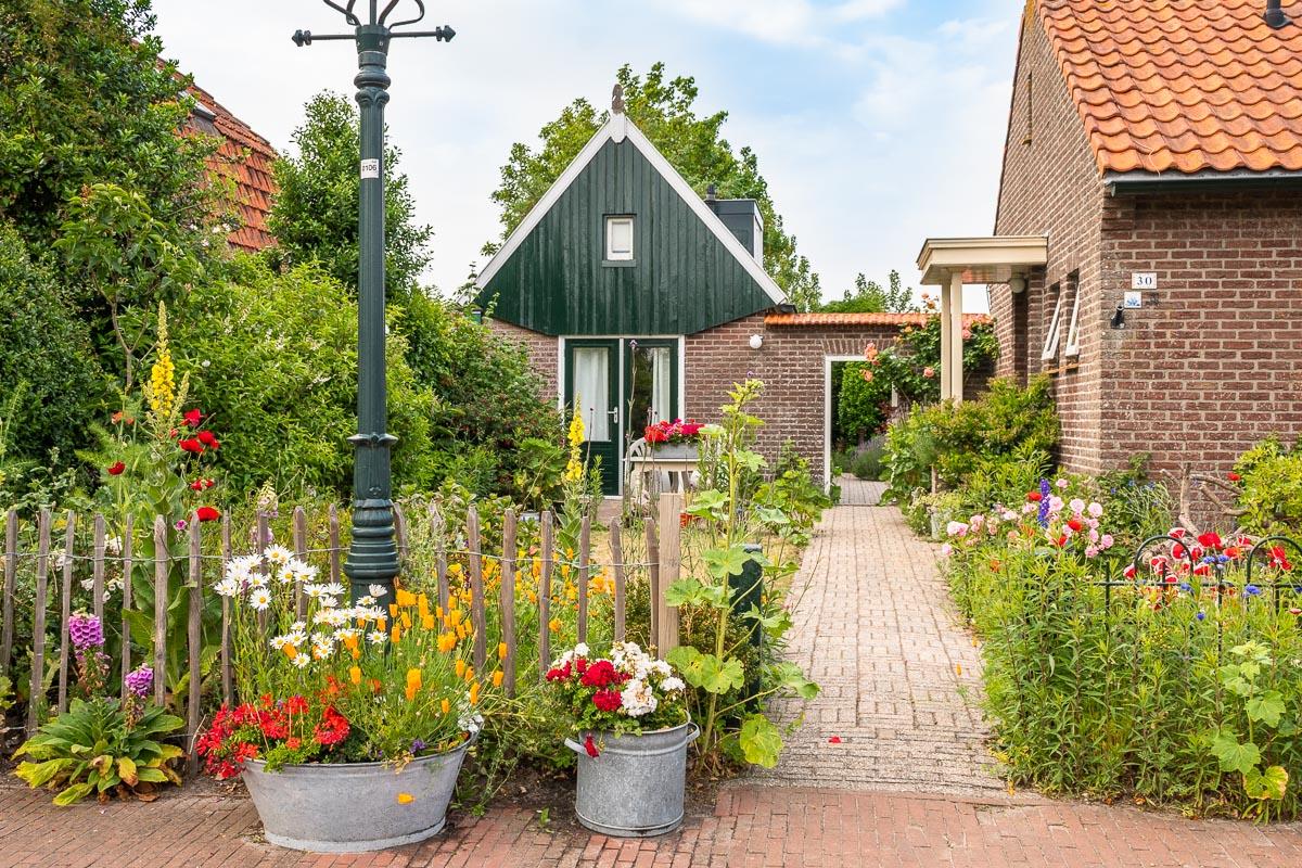 Ein bunt blühender Garten vor einem schönen Haus auf Texel