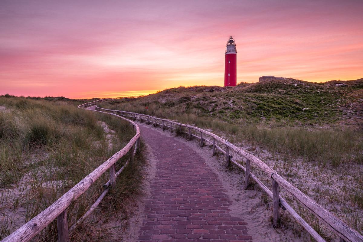 Leuchtturm bei Sonnenaufgang auf Texel