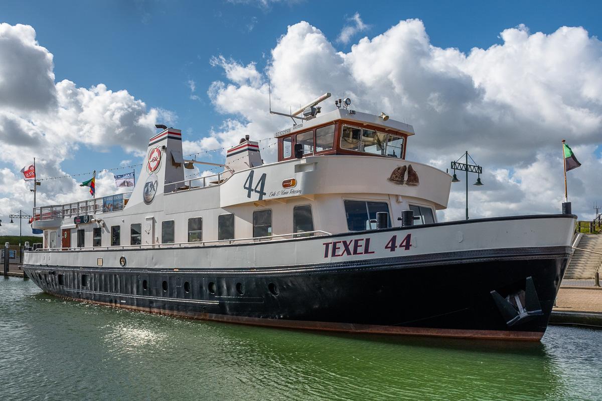 Ein Schiff im Hafen von Oudeschild auf Texel