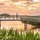 Frau steht auf Brücke auf Texel