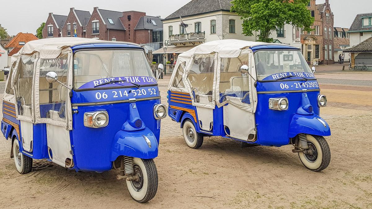 Blaue Tuk Tuks auf Texel