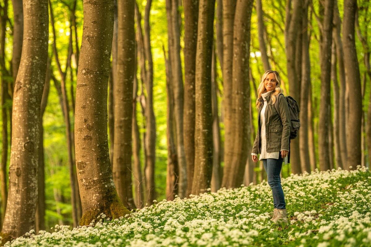 Frau steht im Wald