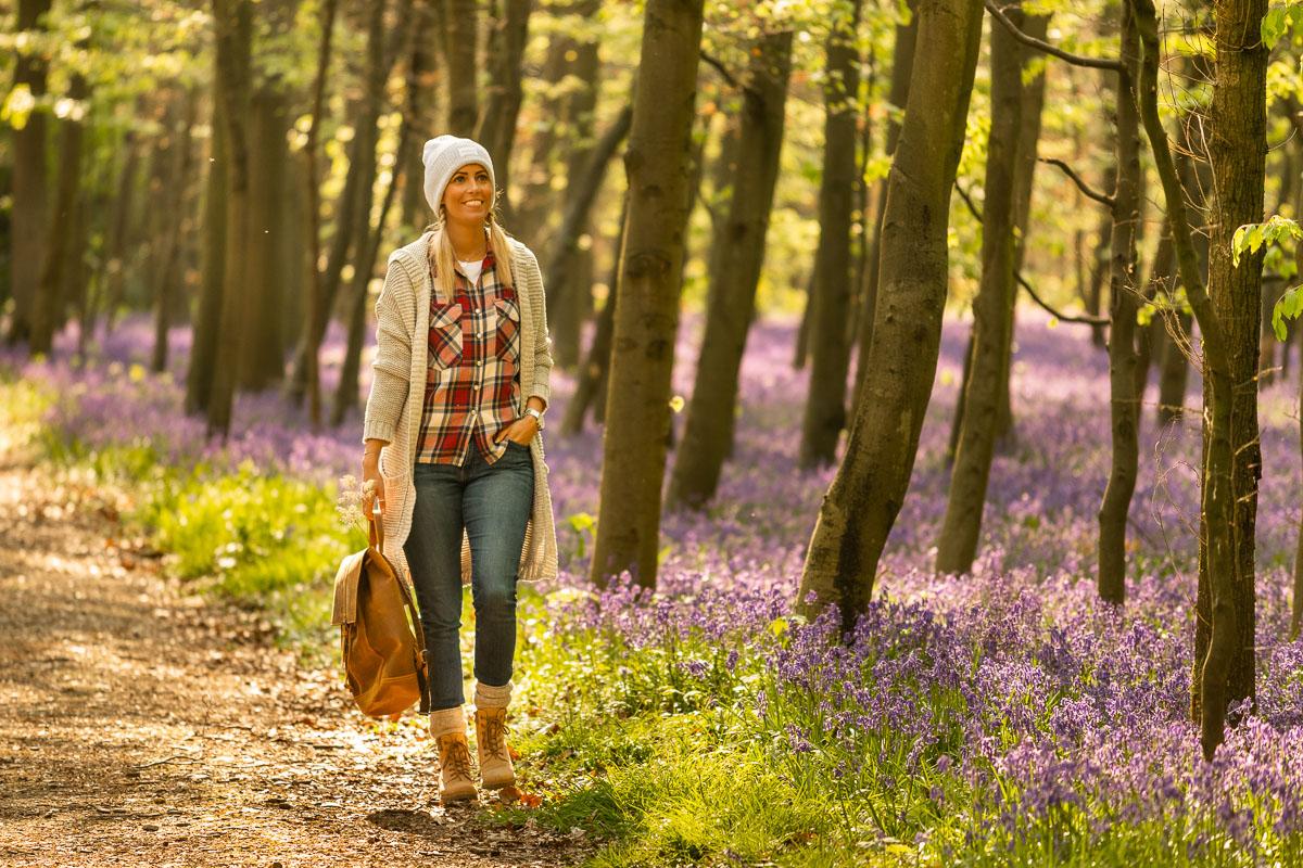 Frau geht durch einen bunten Wald