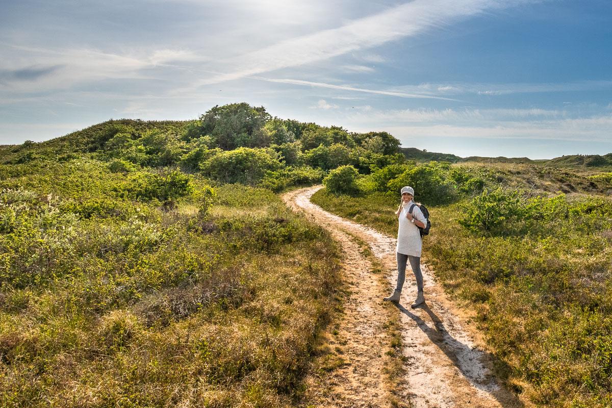 Frau wandert auf einem Naturweg auf Texel