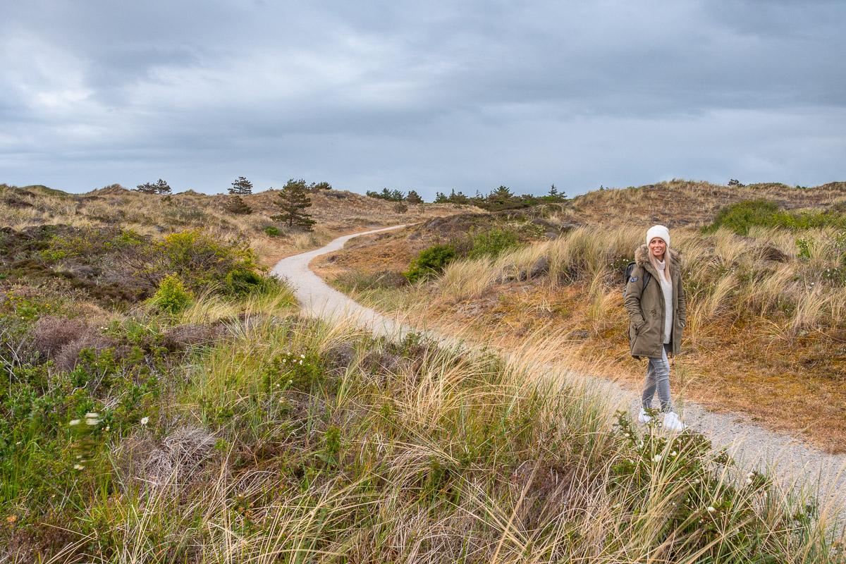 Frau wandert über einen Wanderweg durch Het Alloo
