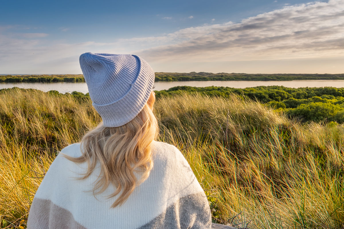 Frau blickt in die Ferne im Süden Texels