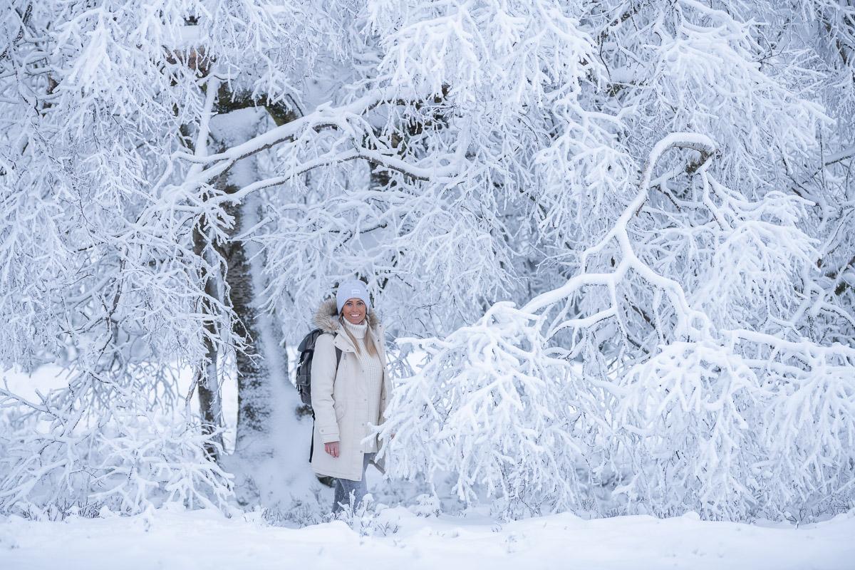 Frau steht vor in Schneelandschaft
