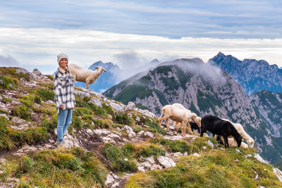 Frau in einem Bergpanorama in Slowenien