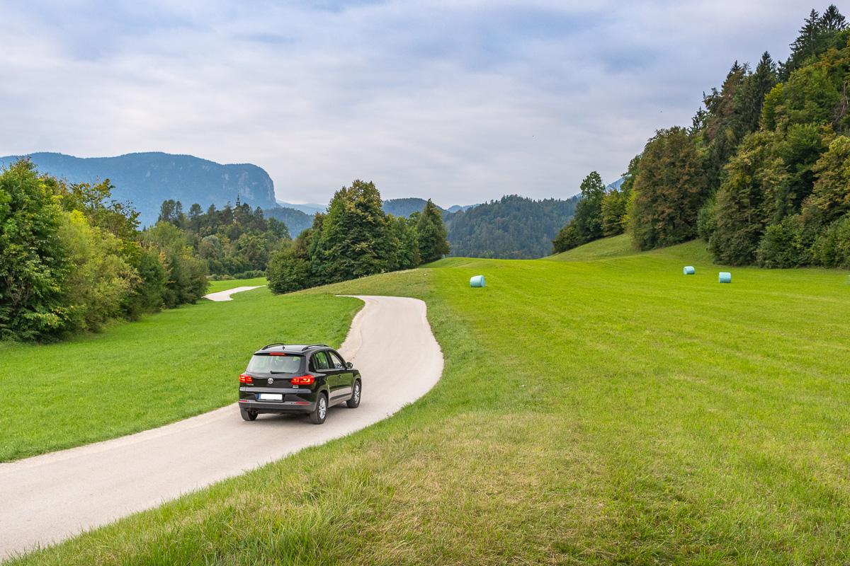 Auto steht in slowenischer Landschaft