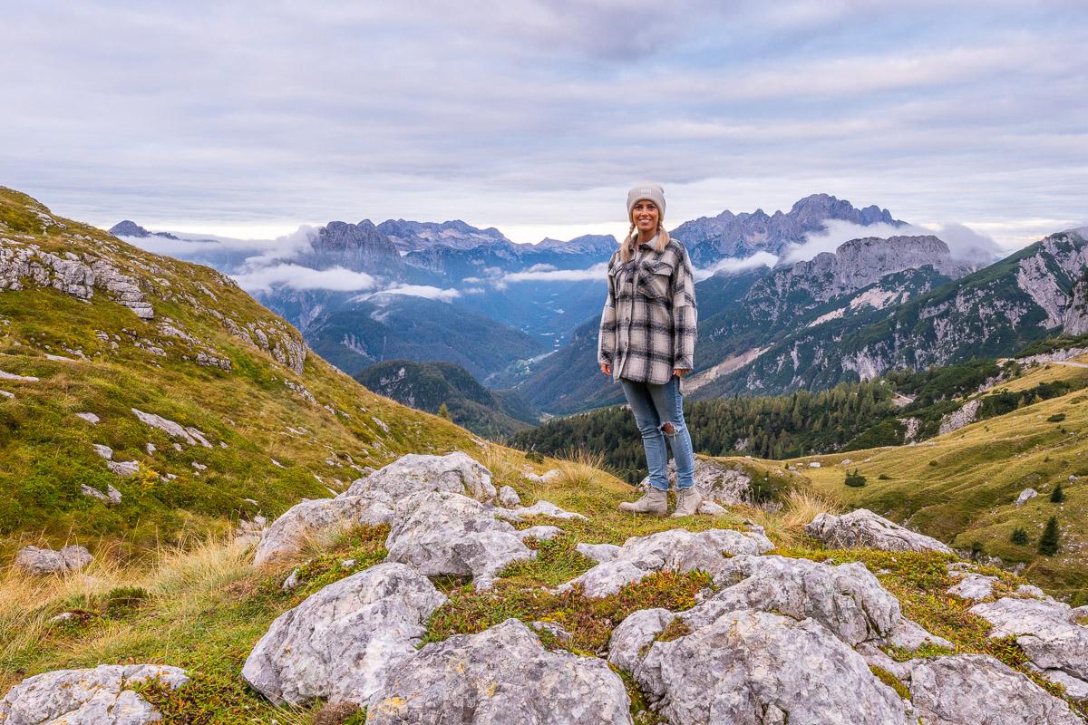 Frau steht in den Alpen
