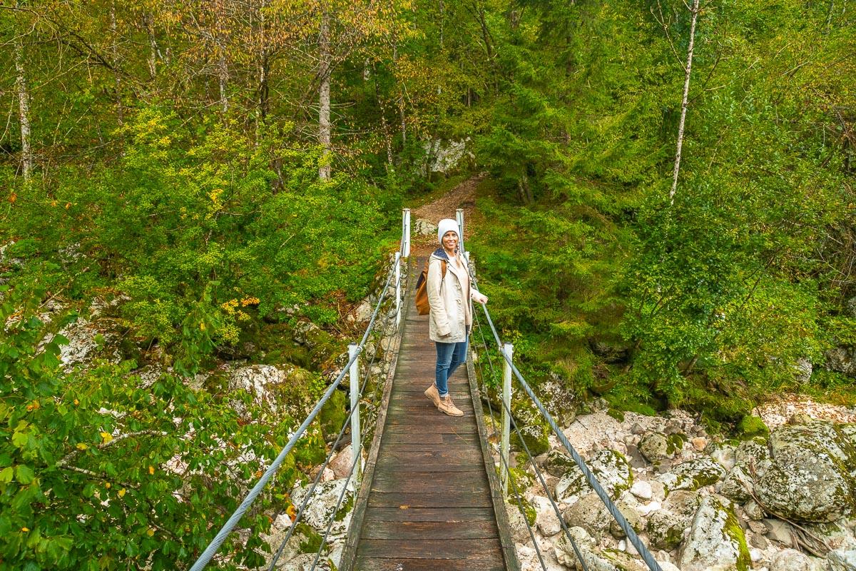 Frau auf Hängebrücke im Socatal