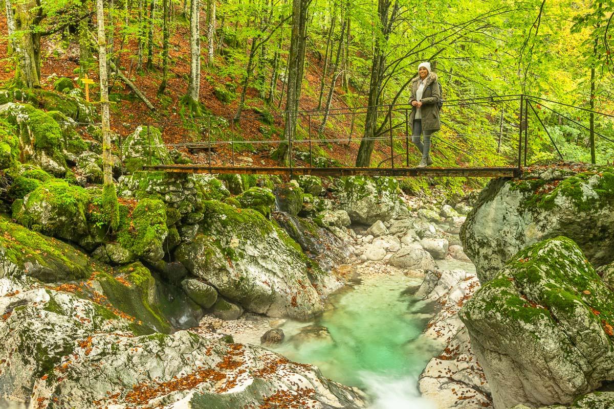Frau steht auf Hängebrücke in Slowenien
