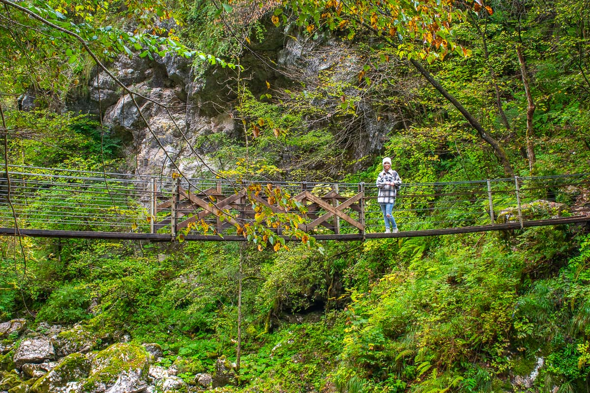 Frau steht auf Hängeseilbrücke
