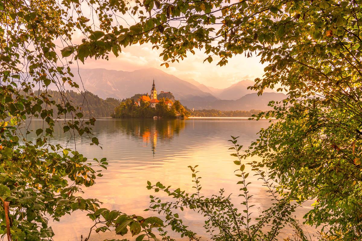 Sonnenaufgang am Bleder See in Slowenien