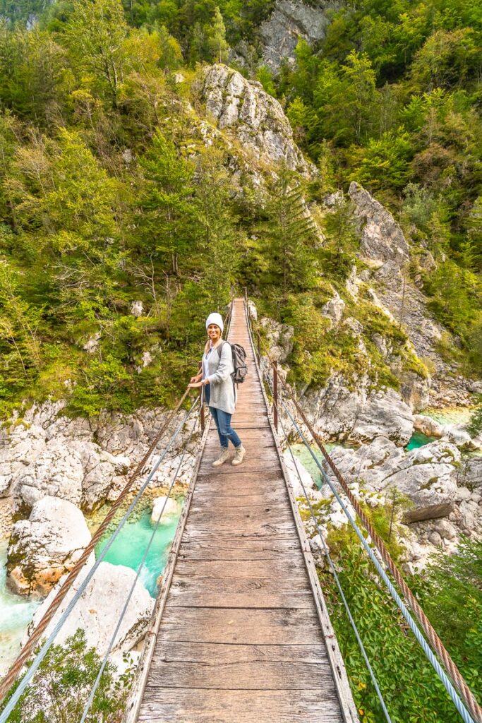 Frau steht auf Brücke über der Soca