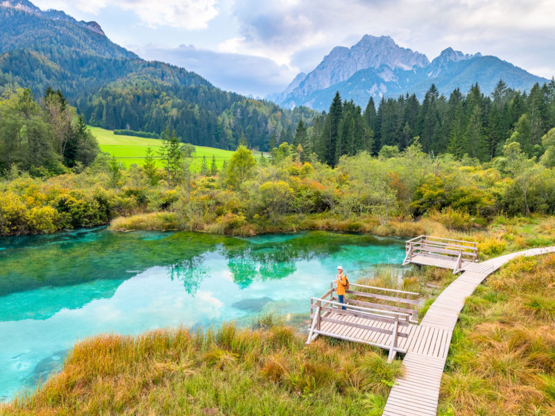 Frau ist auf Reisen in Slowenien
